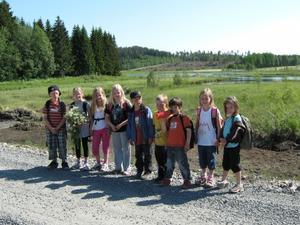 Barnen på Bollstafritids vilar vid foten av Häxberget efter en rolig vandring på Häxleden.