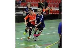 Full kamp mellan Gagnef i orange och Säter i blått i D-hallen under lördagen. Foto: Staffan Björklund