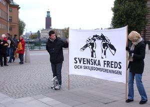Över 100 år. Svenska Freds- och Skiljedomsföreningen, här på en manifestation i Stockholm 2002.