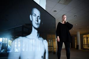 Fotografen Emma Svensson har skildrat sin vän Kristian Gidlunds liv i bilder.
