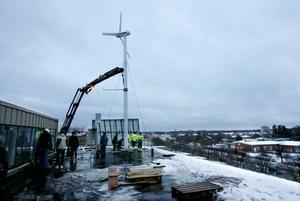 På onsdagseftermiddagen restes vindkraftverket på Polhemsskolans tak.