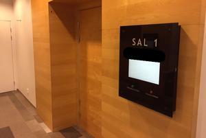 Häktningsförhandlingen mot den misstänkte läraren hölls på måndagsförmiddagen, bakom stängda dörrar i Sal 1 på Västmanlands Tingsrätt.
