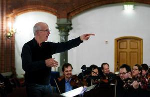 Anders Eby ledde två körer och orkester i Bachs Juloratorium, del 1, i GA-kyrkan i går. På trettondagsafton är det dags för del 2.