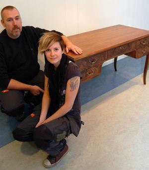 Jonas Engström och Therese Matsson vid en möbel som Jonas har gjort.