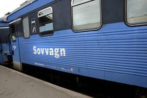 En man omhändertogs för fylleri efter att ha stört och skrämt andra passagerare på nattåget.