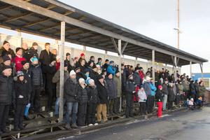 Det var 175 personer som hade tagit sig till Högslättens idrottssplats för att se annandagsderbyt.