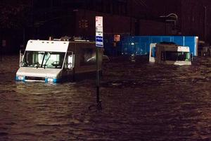 Lastbilar har hamnat under vatten på 14th Street.