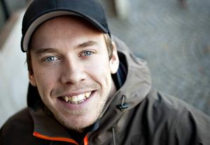 Emil Jönsson, som nyss skaffat hus i Östersund med sin Anna, kommer.