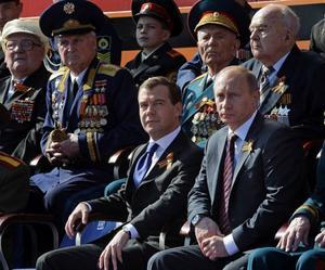President Medvedev och premiärminister Putin syntes på första parkett vid lördagens spektakelliknande militärparad.