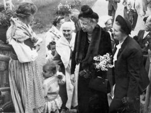 Före detta presidenthustrun Eleanor Roosevelt besökte familjen Larsson i Norr Enby i Sorunda den 10 juni 1950.