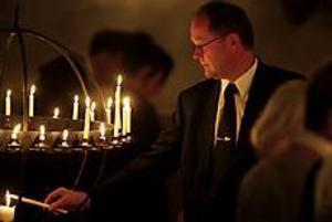Foto: LARS WIGERTMinnesstund. Mats Ågren, kommunalråd, hörde till de många som tände ett ljus för Anna Lindh.