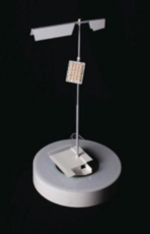 Lamporna som ska lysa upp den mörka skogen ska vara självgående är det tänkt. En liten vindsnurra tillsammans med solceller ska försörja varje lampa. Grafik: Färgfabriken