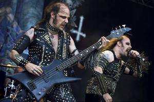 """Bröderna hårdrock, Erik och Per Gustavsson i bandet Nifelheim, under en spelning på Sweden Rock Festival 2011. I """"Blod Eld Död"""" är ett helt kapitel tillägnat bröderna."""