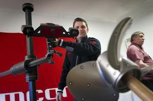 Niklas Steding visar inskanningstekniken. Gunnar Steding fortsätter att jobba som konsult åt Semcon.