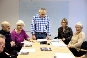 Afasiföreningen i Härnösand har sitt första möte. Från vänster: Sören Sundqvist, Inga-Lisa Sundqvist, Zdenek Novak, Sofie Wikström (ombudsman organisation- och verksamhetsutveckling från Afasiförbundet) och Britta Sandin.