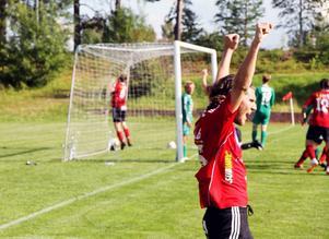 Valbos Jacob Karlsson jublar efter Roger Nilssons viktiga 3–1-mål.