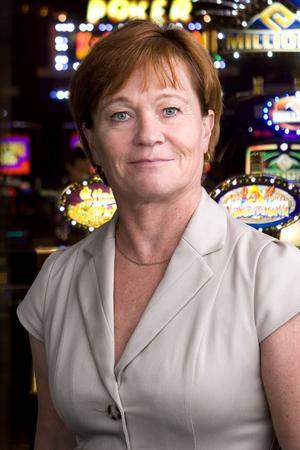 Nina Ehnhage är informationschef i Casino Cosmopol-gruppen och hänvisar till restriktivt förhållningssätt när det gäller alkoholutskänkning i samband med spel.