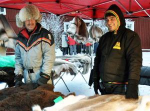 Georgios Sais, nyinflyttad Kallbo från Rhodos, till höger, hjälpte Gustav Fröberg från Kallrör med fällförsäljningen. Han tyckte det var kallt.