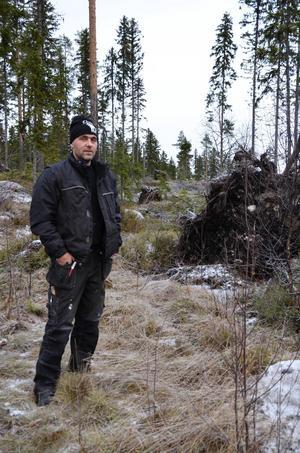 3 000 kubikmeter skog blåste ner för Emil Andersson under stormen.