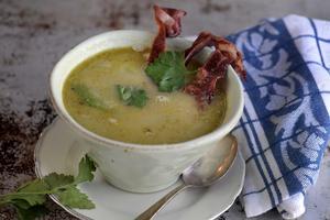 En mysig och värmande soppa med svartrötter, bacon och purjo.