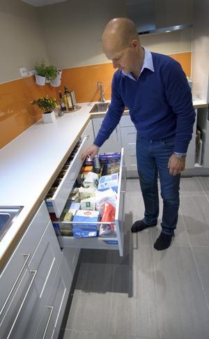 ... och så de praktiska kökslådorna som ger god översikt över vad som finns i dem.