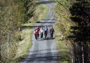 Gruppen håller sig till små grusvägar och stigar under sina åtta timmars pass. Här i passerar man utanför Tullus. Dagen innan gick gruppen Frösön runt.