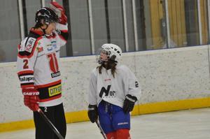 Samma spelarnummer. Alva Edstam har samma nummer (2) på sin tröja som Robin Gartner. Det var häftigt tycker Alva.