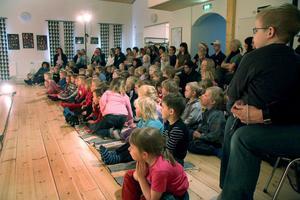 – Det här var den största publik vi haft, sade skådespelaren Gustav Lundkvist när pjäsen var slut. Onsdagens publik i Färilas revylokal kom från förskolor och dagbarnvårdare i Färila, Los och Ljusdal.
