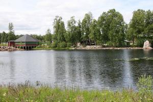 Redan är fyra danskvällar avverkade i danspaviljongen, som syns till vänster i bild. Över 100 personer kom till dansen när Löpsjötorparn spelade.