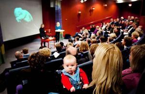 Att entreprenörskap ska börja tidigt, vara alla överens om. Lilla Sara, 3 månader, tar till sig i mamma Mona Modin Tjulins, ordförande i Jämtlands gymnasieförbund, knä.