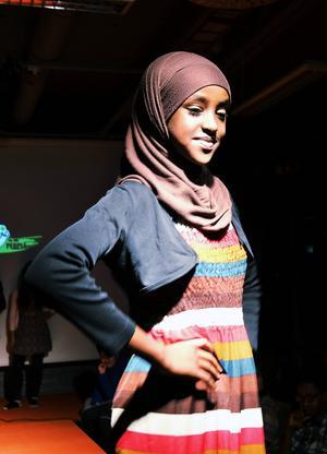 En av modellerna, Mahada Abdulkadir, i modevisningen med syfte att samla in pengar till en skola i Senegal.