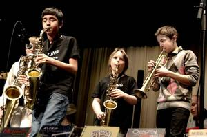JAZZING GUYS. Killarna i Kultursskolans band Jazzing Guys såg till att det svängde ordentligt.