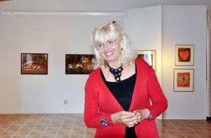 Margareta Sjödin verkade som konstnär i USA i 25 år och har ställt ut i flera världsdelar.   Nu visas hennes färgstarka tavlor i Persåsen.