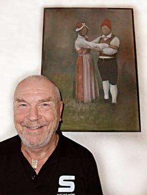 Delad passion. Bandy och gammeldans är lika stora passioner för Sven Petersson i Hamrångefjärden. Tavlan i bakgrunden är målad av grannen Anders van der Kaaij efter ett fotografi av Sven och hans hustru och danspartner Sylvia.