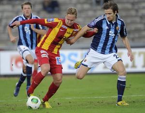 Alexander Michel, här i duell mot Djurgårdens Jesper Arvidsson, spelar till vardags i Syrianska FC.