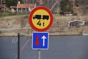 Skyltningen vid bron är tydlig.