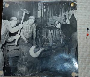 Ett gammalt foto som visar hur kättingtillverkningen gick till.