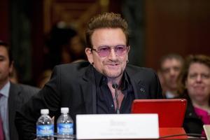 Den irländska sångaren Bono i rockbandet U2 föreslår att man ska stoppa terroristorganisationen IS med humor.