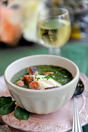 En knallgrön soppa sitter fint på vårkanten. Salsicciasmulor ger extra smak.