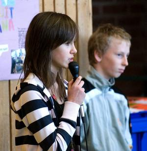 Håller tal. Jenna Hiltunen, 6A och Fredrik Lundmark, 6 B är båda ordföranden i skolans elevråd.