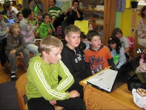 Isak och Mattias deltar här i den tjeckiska skoldagen.