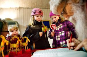 Önskade hos tomten. Svea Hansén, Siri Hansén och Sofie Lindholm berättade för Tomten vad de helst vill ha i paketen på julafton.