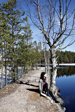 Förförd av Blåkulla? En stenpir sträcker sig ut i sjön och platsen känns mer idyllisk än farlig.