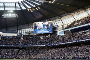 Viola Beach hedrades av Manchester City under en fotbollsmatch förra helgen. Klubben har även uppmanat sina Twitterföljare att hjälpa Viola Beach till förstaplatsen på Itunes singellista.