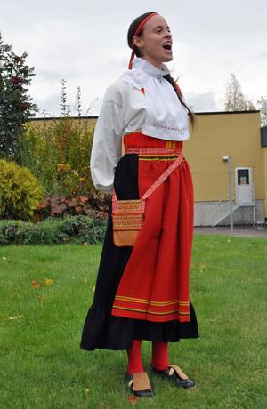 Folkmusikern och musikalartisten Kål Berit Sens hade bjudits in för att kula i samband med flagghissandet, för att knyta an till mjölkproduktionstraditionen.