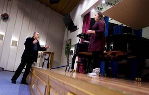 """Skönt att få hjälp med den tyska texten av en riktig tysk, tycker Marita Ramberg Røthe som valt Mozarts """"Abendempfindung"""" till sin masterclass med professor Ulrich Rademacher. Foto: Håkan Luthman"""