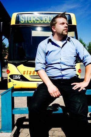 """Henrik Westman är chaufför hos Stadsbussarna. Han tror att de flesta som reser med Stadsbussarna är nöjda. Men han har också förståelse för de som inte tycker att vissa turer går tillräckligt ofta. """"Landsort, där går det inte lika ofta. Så är det ju, säger han."""