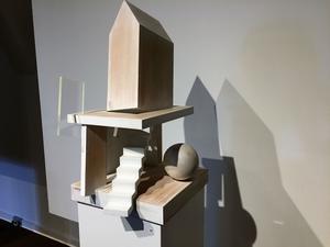 """Träskulpturen """"Kulan i min källare"""" med den återkommande trappan."""