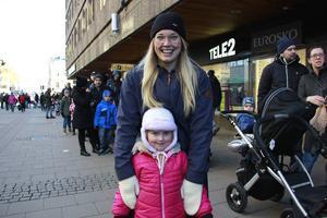 Signe, 4, och mamma Sara Berglund var också peppade på att träffa Bolibompadraken.