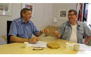 Lätt gjort. Nils Persson, S, överlämnar kommunklubban till efterträdaren Jan Bohman, S.– Nils har en förmåga att skapa god miljö kring sig. Jag hoppas föra det arvet vidare, säger Jan Bohman.Foto: Hans Dahlqvist